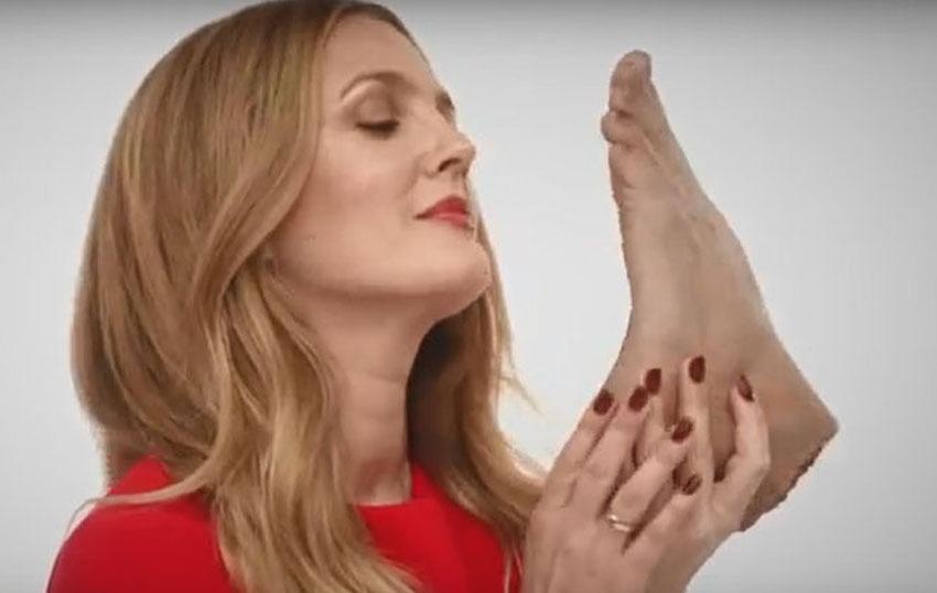 Drew Barrymore est surprise à manger un pied humain