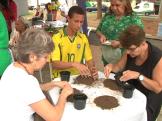 4. Nesta oficina, os participantes aprenderam a movimentar a terra. Plantaram sementes de mostarda.