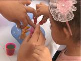 3. Na oficina de criação de arranjos, a criança aprende que a flor deve ser cortada dentro da água, para preservar suas energias.