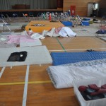 帰還困難地区の中学校体育館。2011年3月14日原発事故後の第一次避難所となった場所。当時の被災者の寝袋、靴、新聞などそのまま放置されている。2016年5月25日