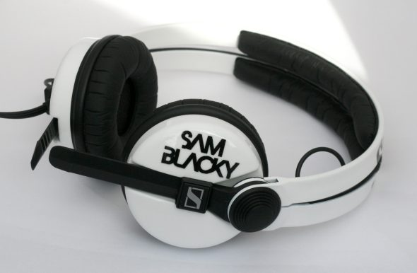 White Sennehsier HD25 with Logo image on the earcup-2771