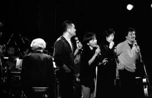 50周年のステージ サーカスの皆さんと前田憲男(P)さん