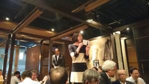 爺ばかりの宴席でも気配りを忘れない松田さん。応援してますョ!!