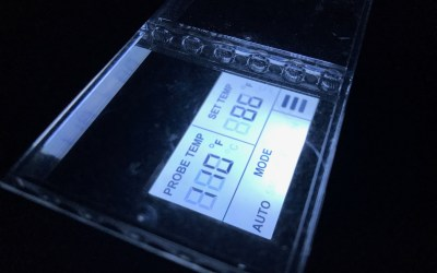 The thermostat of the AC Infinity Airplate T7, displaying the temperature of the system and the desired temperature.