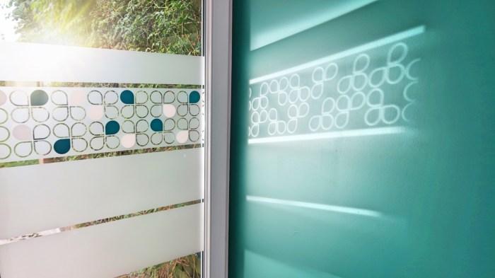 motif lotus scandinaves avec le reflet de soleil et un mur vert