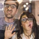 couple avec le visage collé sur une vitre