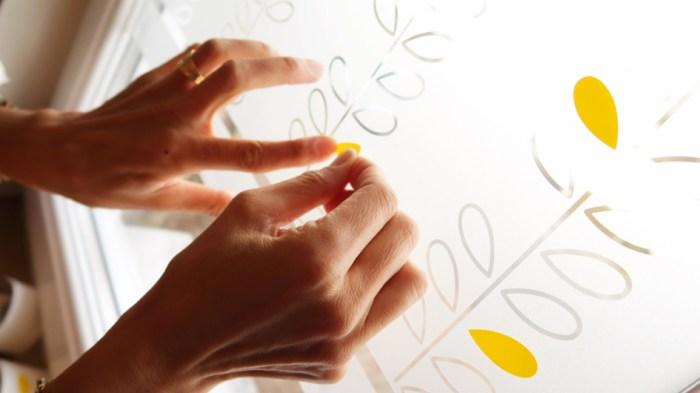gros plan sur des mains qui posent de l'adhésif