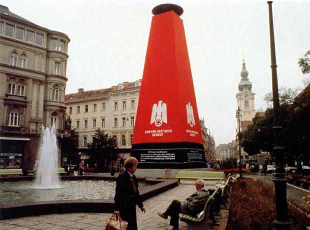 """Hans Haacke, """"Und ihr habt doch gesiegt"""" (Et pourtant, vous étiez les vainqueurs), 1988, Graz, Autriche, via imagesanalyses.univ-paris1.fr"""