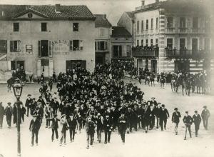 Demonstration at the place Gambetta in Carmaux, (late 1895) (Archives de la ville de Blois)