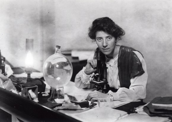 Marie_Stopes_in_her_laboratory,_1904