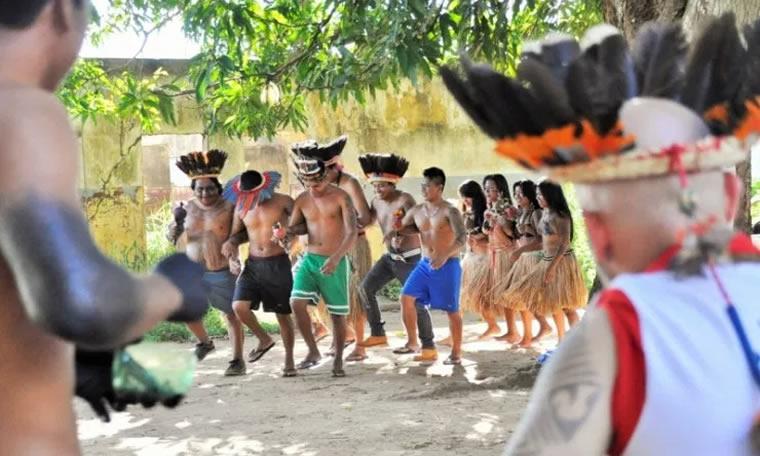 Em dia de celebração; Casa do Índio recebe visita de Aleks Palitot