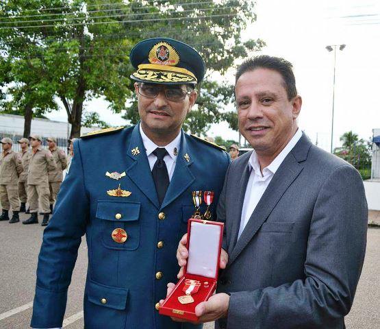 Edesio Fernandes recebe medalha Defesa Civil do Corpo de Bombeiros