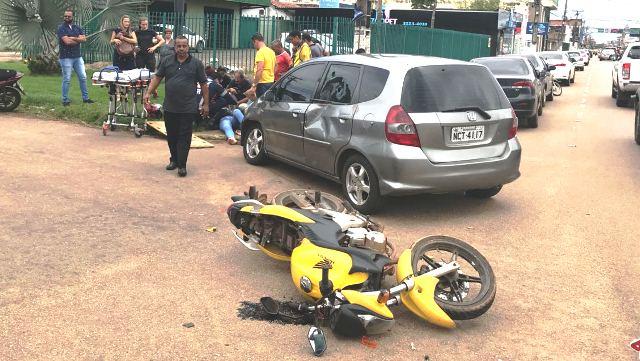 COLISÃO – Motorista avança cruzamento e provoca forte acidente com motociclista