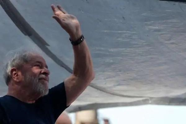 """Lula anuncia rendição após 40h e diz: """"não adianta me parar"""""""