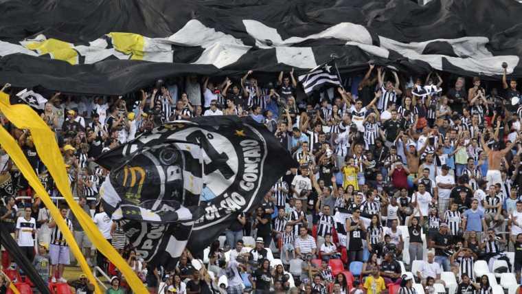 Botafogo joga mal, mas bate Chapecoense e vence a primeira no pós-Copa