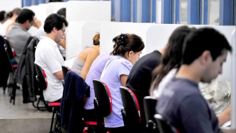 Confira os principais concursos com vagas abertas em todo o país