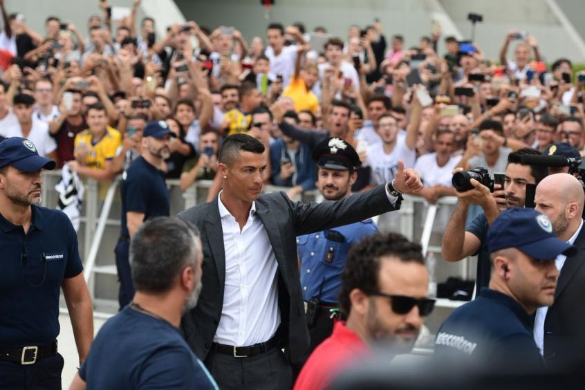 Torcida da Juventus faz festa para receber Cristiano Ronaldo em Turim