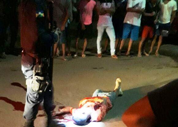 VIOLÊNCIA – Dupla em motocicleta executa jovem em praça na zona Sul