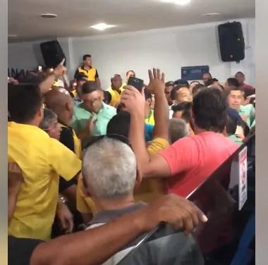 CONFUSÃO – Taxistas e trabalhadores do transporte coletivo se enfrentam na Câmara Municipal