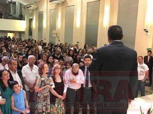 Idosa tem celular furtado enquanto atendia apelo de pastor dentro de igreja