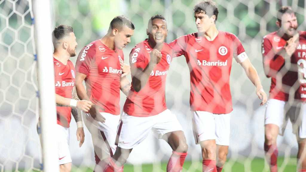 Inter bate o Atlético-MG e encosta no líder