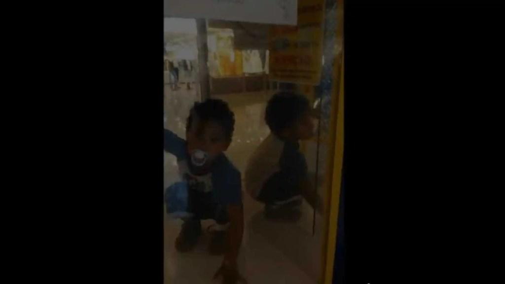 Criança fica presa em máquina de brinquedos em shopping