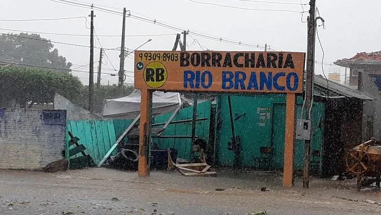 TEMPORAL – Ventania deixa rastro de destruição no interior de Rondônia
