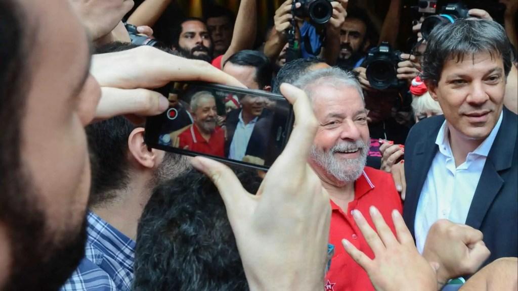'É hora de bater de porta em porta', escreve Lula em bilhete