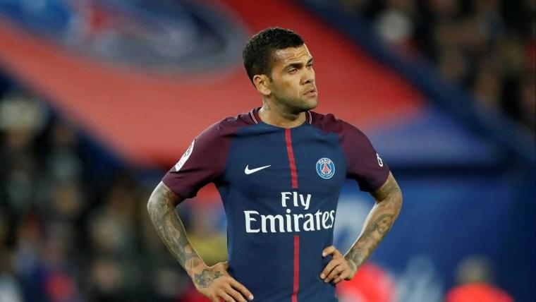 Daniel Alves volta a treinar no PSG quatro meses após lesão no joelho