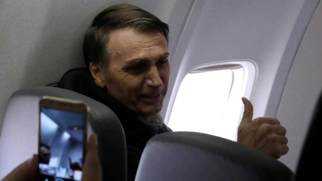 Bolsonaro é chamado de 'lixo' e 'fascista' durante voo para o Rio