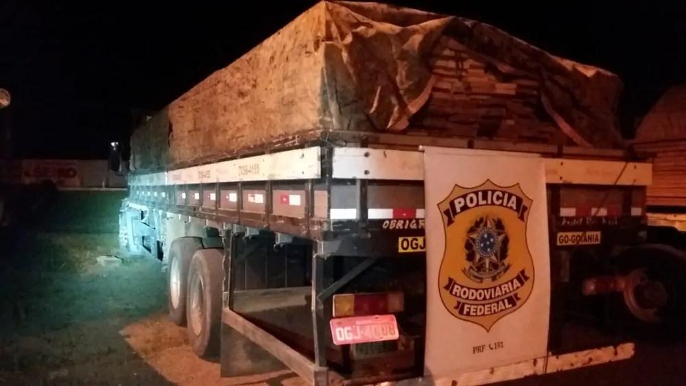 Homem queima mangueira de ar de caminhão para tentar impedir apreensão de madeira