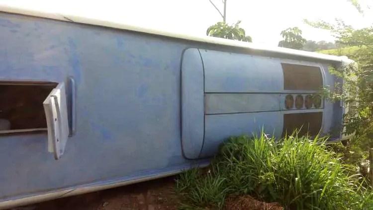 Ônibus que vinha do Acre para RO tomba na BR-364
