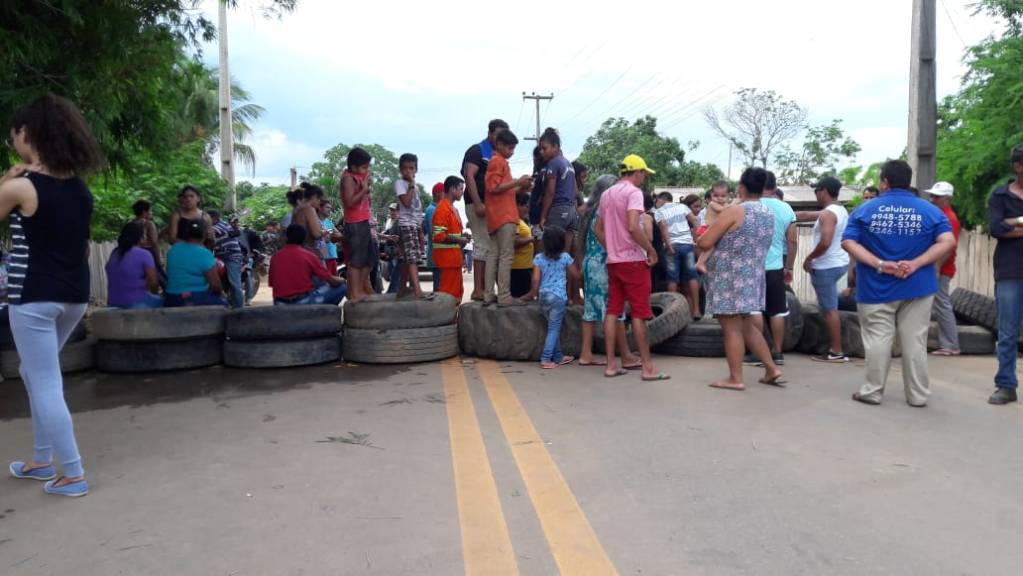 REVOLTADOS – Moradores do distrito do Araras fecham trecho da BR 364