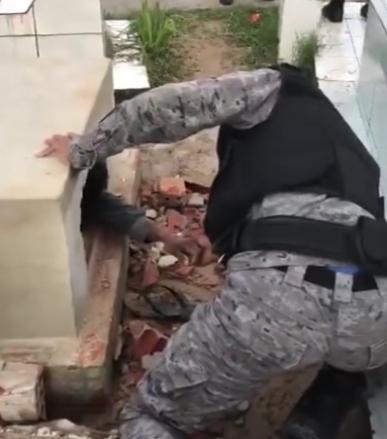 DESESPERO – Filho perde velório do pai quebra túmulo e entra no caixão