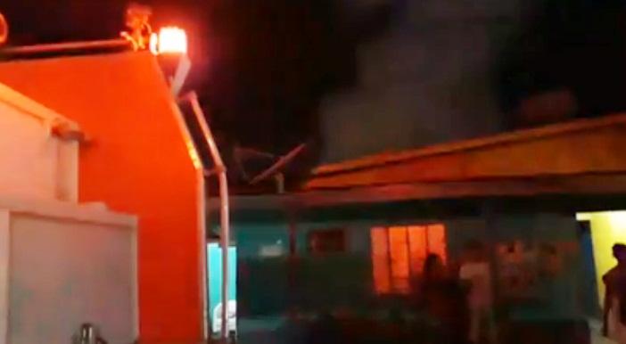 SURRADO – Homem briga com a esposa e incendeia casa com cachorro dentro