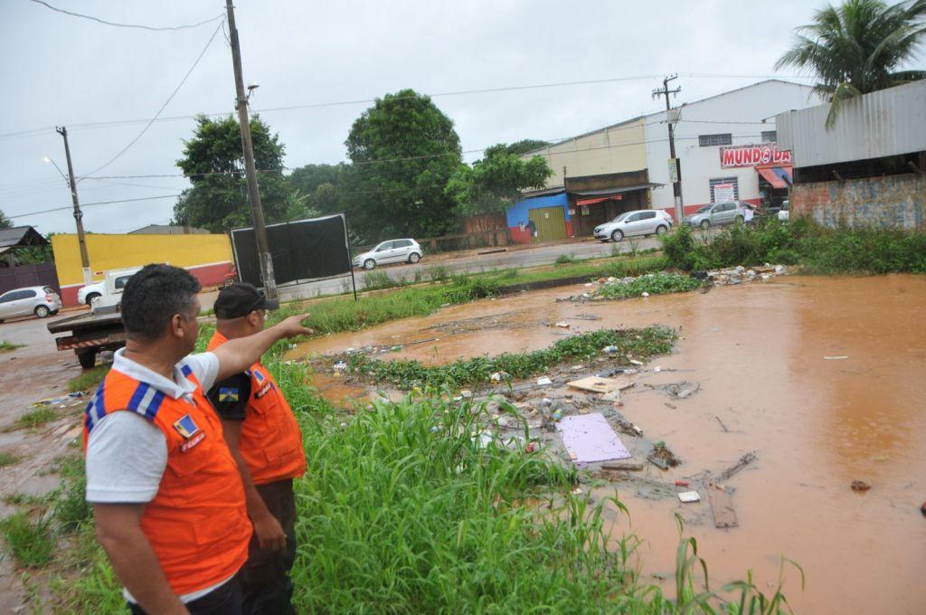 CHUVAS – Prefeitura intensifica trabalho para minimizar alagações