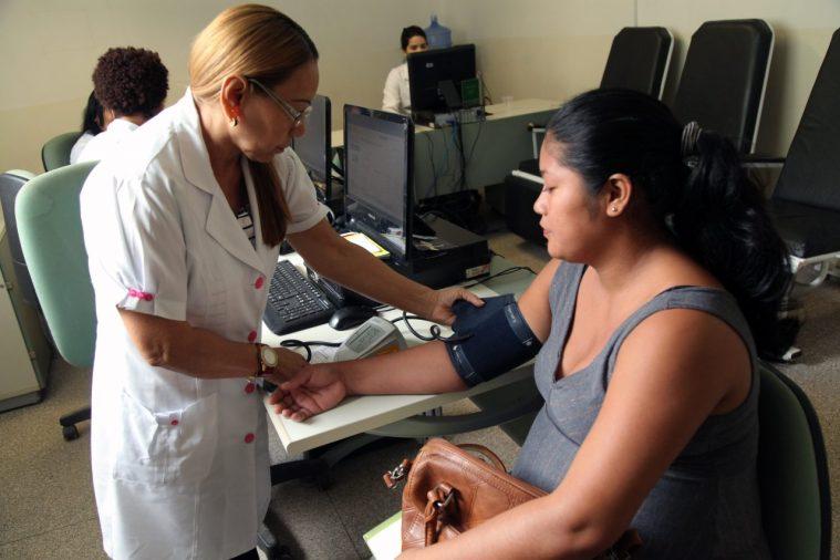 Programa de controle da hipertensão alerta sobre cuidados com doença crônica e tratamento contínuo