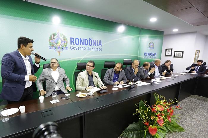 Estradas, regularização fundiária e saúde são debatidos em encontro entre deputados e governador