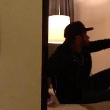 Vídeo mostra modelo agredindo Neymar em quarto de hotel