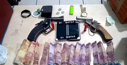PM prende dupla após assalto e recupera pertences das vítimas