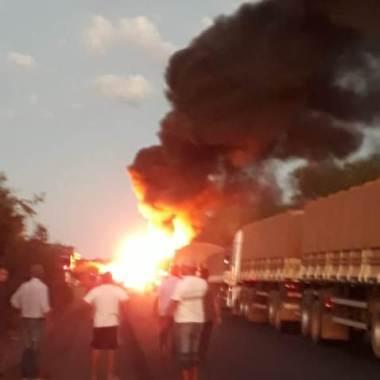 Caminhão tanque pega fogo após bater em carreta na 364 e motorista morre