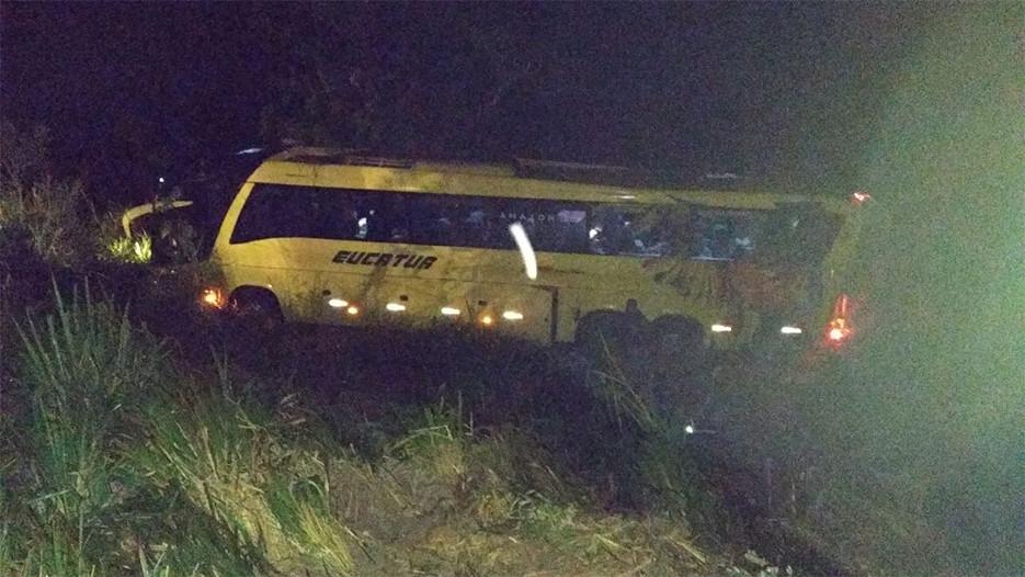 Ônibus da Eucatur com 30 passageiros capota na BR-364