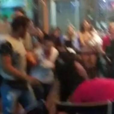 """ASSISTA –  Após """"flagra sexual"""", garotas """"se pegam"""" em conveniência, polícia é mobilizada e vídeo viraliza"""
