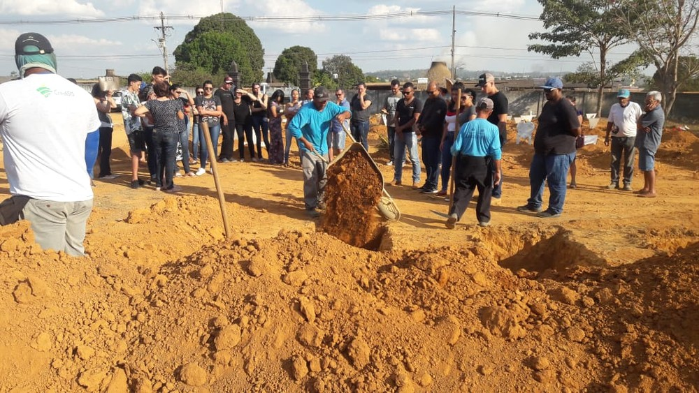 Corpo de jovem morto a facada por namorado é enterrado em Ariquemes