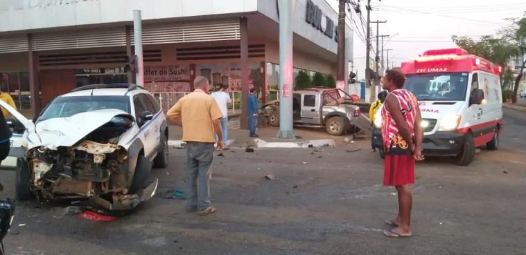 Motoristas ficam feridos durante acidente entre táxi e caminhonete