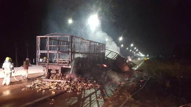 Carreta com cachaça pega fogo na BR 364 e fica totalmente destruída