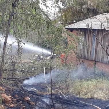 Incêndio atinge mata próximo a residências no bairro Nacional em Porto Velho