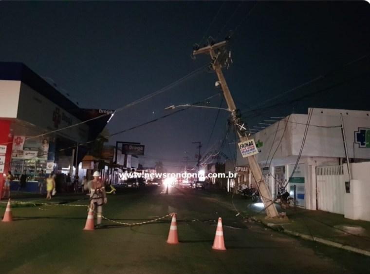 Caminhão boiadeiro derruba poste e fiação de avenida na zona Sul