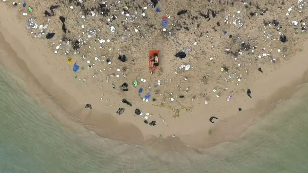 Site pornográfico lança apelo para limpar oceanos de plástico