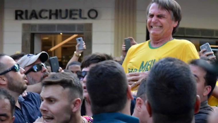 Camiseta que Bolsonaro vestia quando levou facada esgota em evento